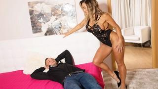 Сексапильная дама с большими сиськами долбится с парнем на большой кровати