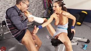 Девушка с спортивном зале соблазнила очкарика с папкой на секс