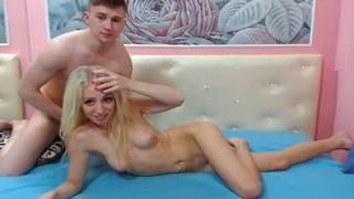 Стройная блондиночка в розовых трусиках наслаждается сексом