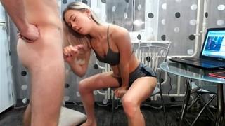Жена ублажает своего муженька на кухне перед вебкой