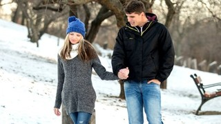 Нежная красотка гуляет с парнем перед тем, как отдаться ему