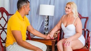 Пышная красота этой блондинки заставляет мужика снять штаны