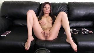 Улётная брюнетка мастурбирует на чёрном диване и даёт мужику