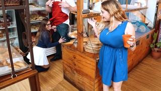 Продавец в пекарне выдрал тёлку с сочными булочками