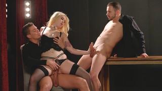 Блондинка в чёрной маске знает, как развлечься с двумя мужиками