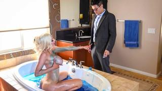 Роскошная леди принимает ванну и совращает мужика