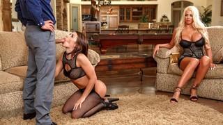 Зрелая блондинка помогает тёлочке удовлетворить мужчину