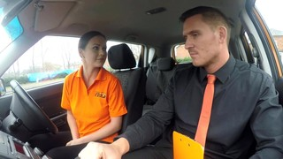 Вульгарная брюнетка побуждает водителя оттрахать её в тачке