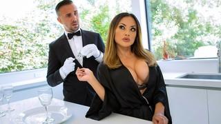 Грудастую азиатку наказывает официант в чёрном костюме