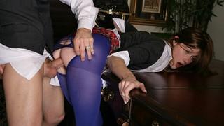 Чудаху в фиолетовых колготках жарят на столе в офисе