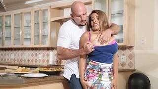 Сисястая богиня отдаётся лысому мужику прямо на кухне