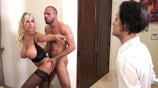 Мужчина смотрит на секс между женой и её любовником