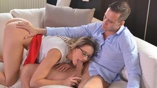 Блондинка в красной юбке мастурбирует и отдаётся мужику