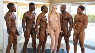 Тёлочку с косичками шпёхают пятеро темнокожих мужиков