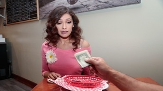 Официантке доплачивают, чтобы отодрать её в подсобке