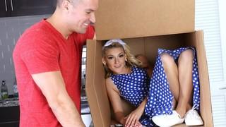 Тёлочка прячется с большой коробке, но парень её находит