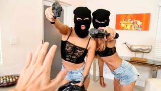 Две грабительницы в масках заставили парня трахнуть их