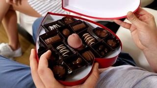 Развратный парень прячет свой член в коробке конфет