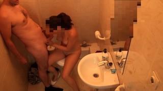 Любительский секс бесстыдной пары в туалетной комнате