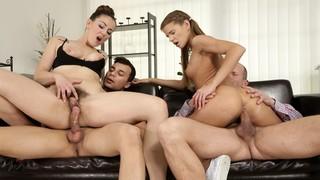 Юные давалки практикуют групповушку с симпатичными парнями