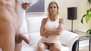 Грудастая блондинка мамочка будит пасынка своим ротиком