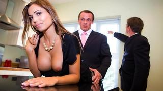 Красивая леди показывает сиськи на камеру и скачет на пенисе