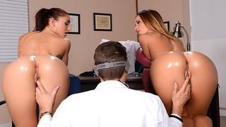 Усатый мужик занимается групповухой с двумя богинями