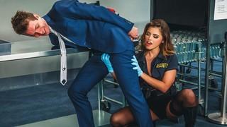 Развратный офицер охраны отдаётся красивому парню