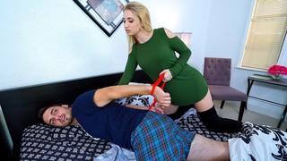 Блондинка связывает своего парня и трахается с другим