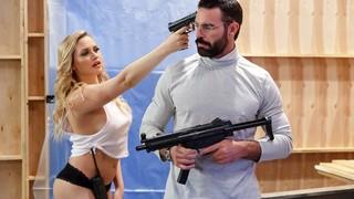 Блондинка знает, как обращаться с пистолетом и с мужским агрегатом