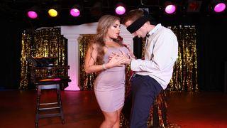 Шикарная модель занимается грязным сексом в ночном клубе