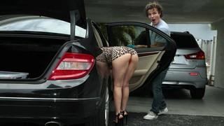 Брюнетка в леопардовом платье хочет грубо и долго