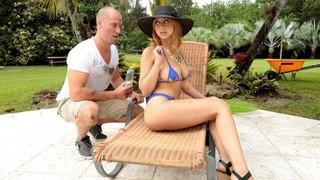 Он намазал её кремом, а она раздвинула перед ним ножки
