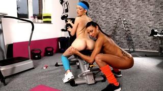 Две лесбиянки трахаются в фитнес зале после тренировки